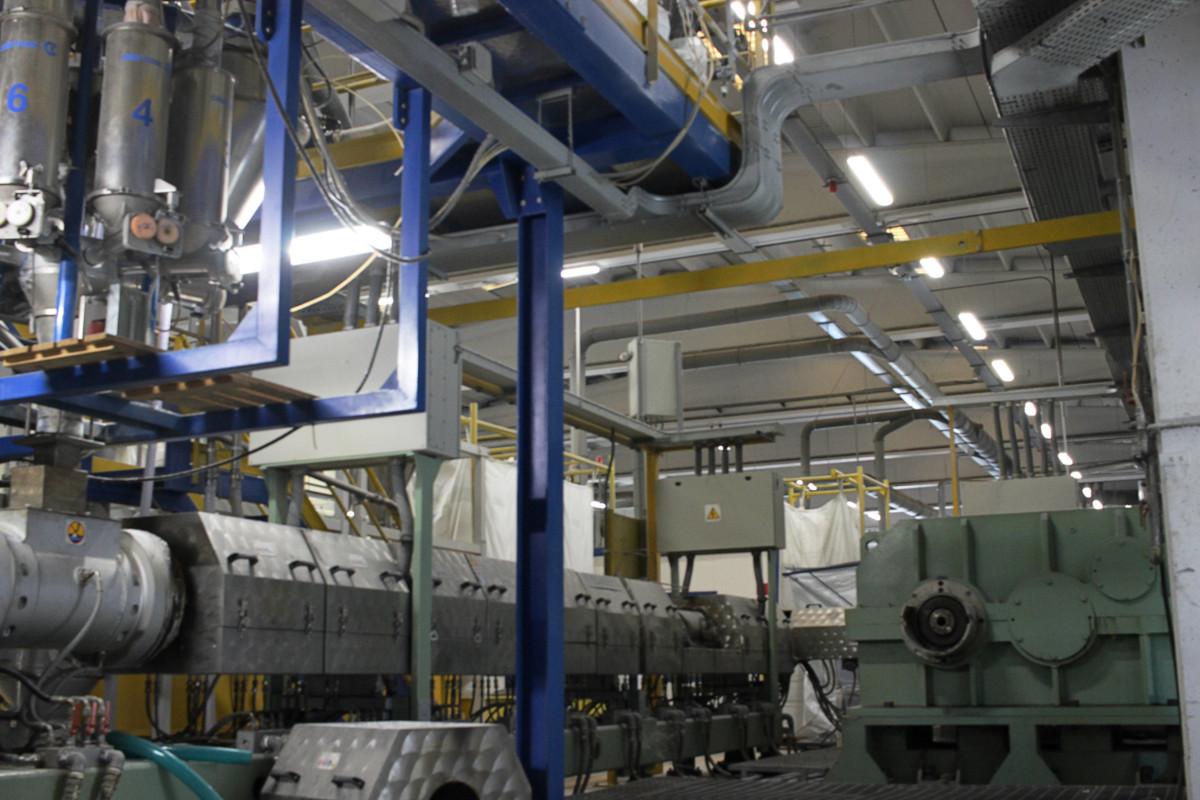 Vista di diversi macchinari nello stabilimento di Decem Srl