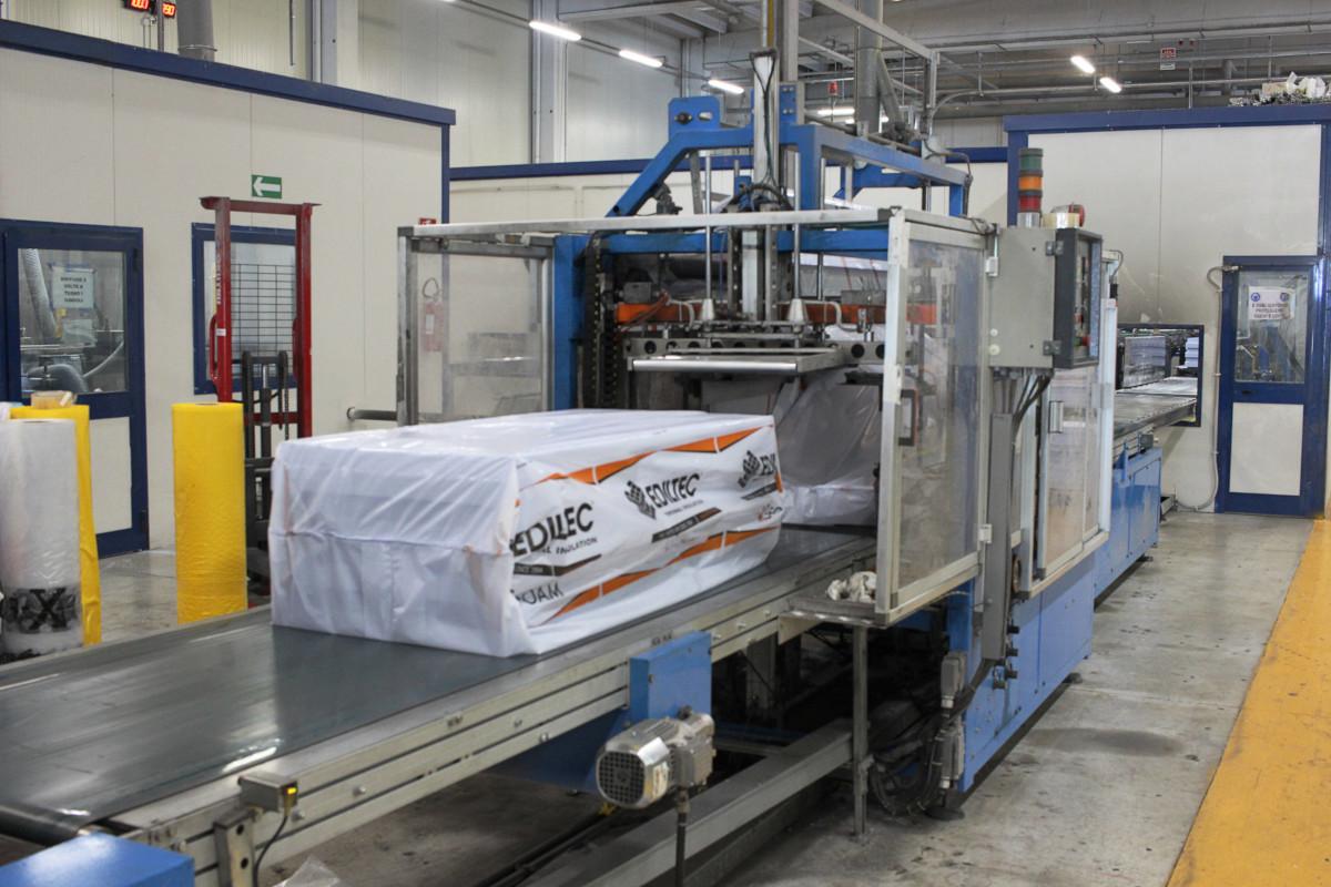 Vista di un macchinario dello stabilimento produttivo di Decem Srl